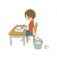 男の子と紙ゴミ